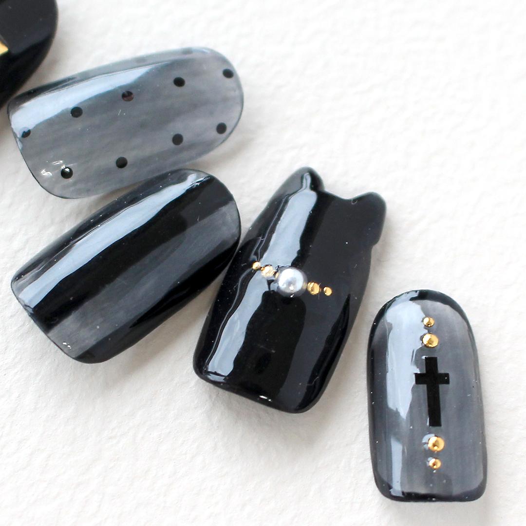 黒とゴールドで大人っぽく、黒猫で遊び心あるハロウィンネイル