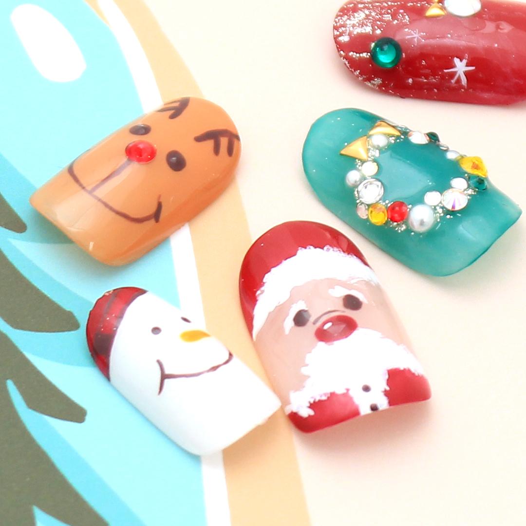クリスマスのアートをふんだんに、ポップなジェルネイル