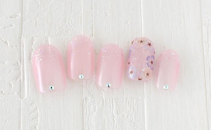 透け感ピンクのフラワーネイル