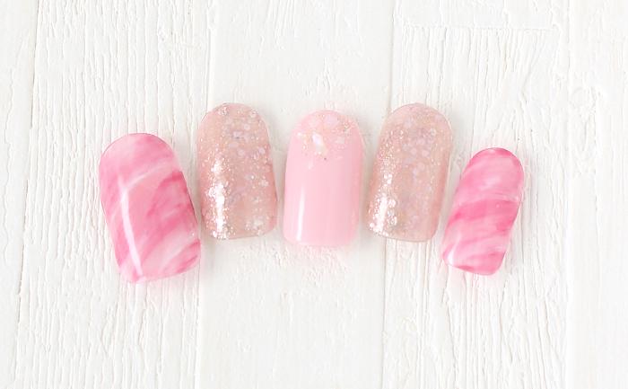ピンクで可愛らしさもありつつラメでゴージャスに!