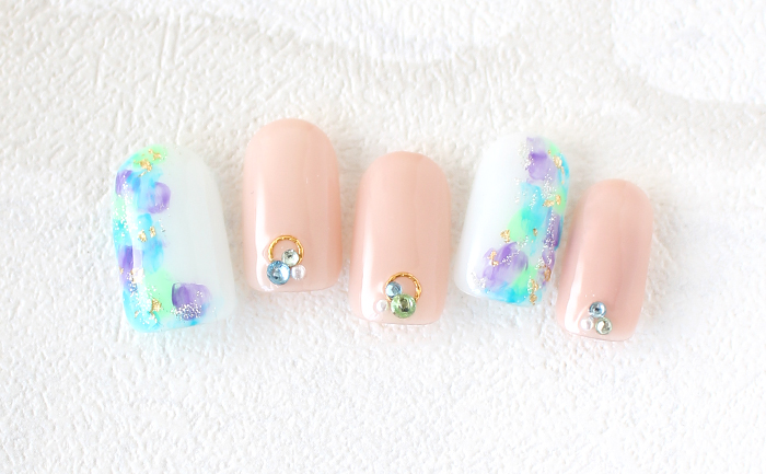 明るいカラーの紫陽花風ネイル