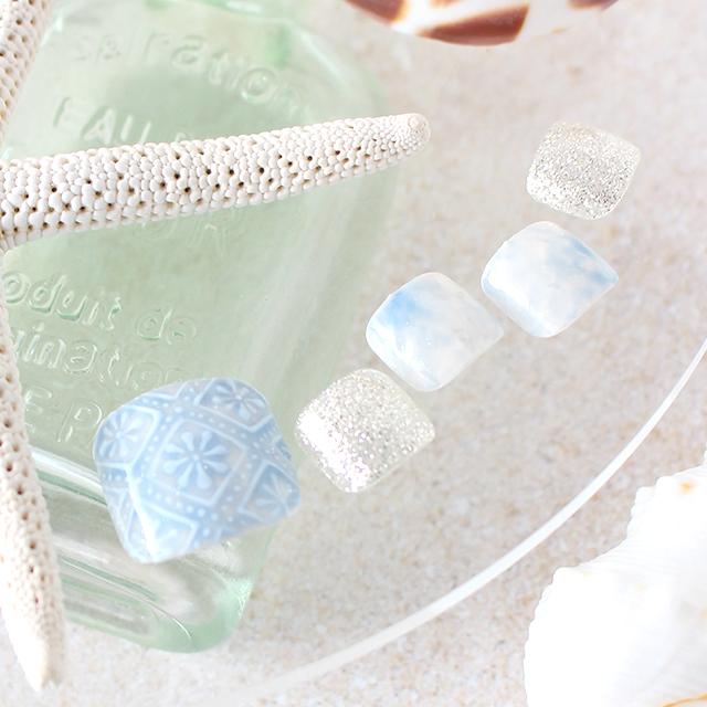 白とブルーで涼しげなタイル風ネイル