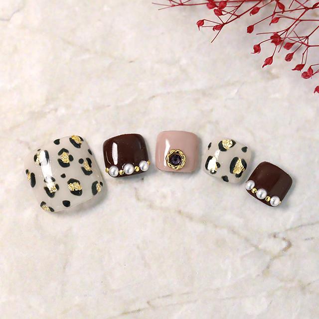 秋に人気のヒョウ柄を金箔で表現したデザインです。