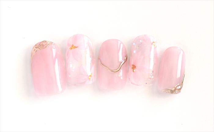 春らしいカラーと桜のデザインです。最近、流行りのアクセサリーネイルも取り入れました。